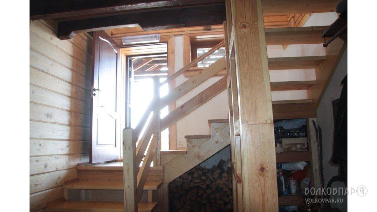 Необычность проекта заключается в том, что, открывая входную дверь, можно спуститься на 7 ступеней вниз и попасть на первый этаж, или подняться по 10 ступеням – на второй