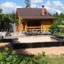Рядом с построенной нами баней выполнен фундамент под гостевой дом