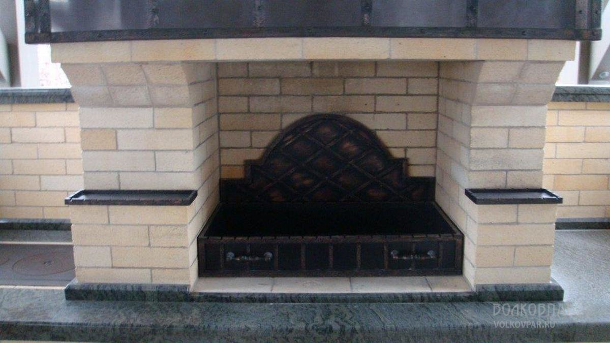 Сердце барбекю – долговечный   мангал, украшенный  ковкой. Стенка мангала выполнена из кованных стальных элементов, покрытых патиной «под медь»