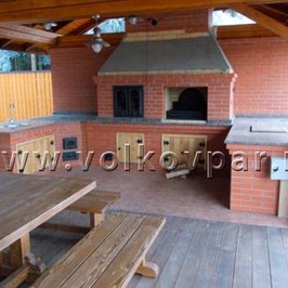 На барбекю установлены мангал, деревянные дверки