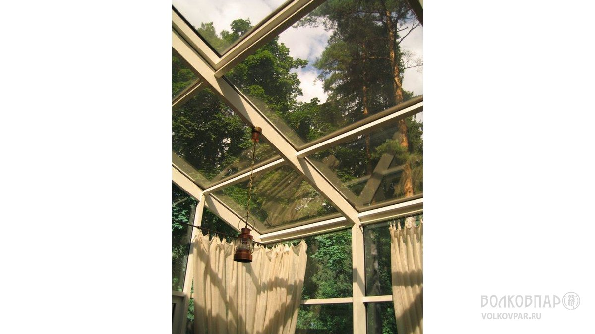 Конструкция крыши из металла, отделка – состаренное дерево