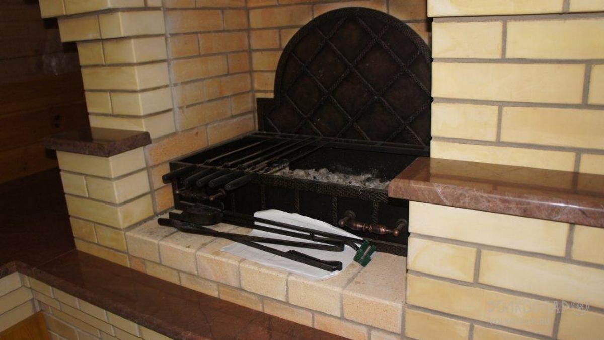 Фрагмент барбекю. Сердце барбекю – долговечный   мангал, украшенный  ковкой. Стенка мангала выполнена из кованных стальных элементов