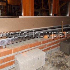 При входе в банный дом в полу установлен радиатор