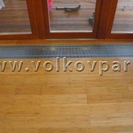 На пол в комнате отдыха уложен деревянный массив