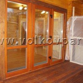 Установлена входная дверь с большим остеклением