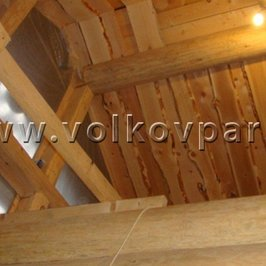 Отделка потолка необрезной доской из сибирского кедра