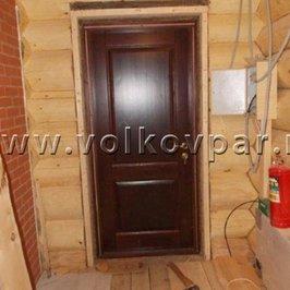 Установлена деревянная входная дверь