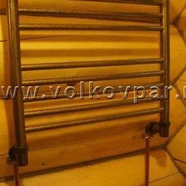 В санузле установлен бронзовый полотенцесушитель с медной подводкой
