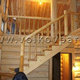 Изготовлены и установлены лестница и перила с балясинами ручной работы