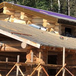 Идут работы по устройству крыши. Шлифуем и красим сруб.