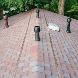 Завершены работы по устройству крыши и кровли. На крыше установлена медная планка stopmoss. Сохраняет и улучшает внешний вид кровли. За счет естественных процессов препятствует появлению растительности на черепице.
